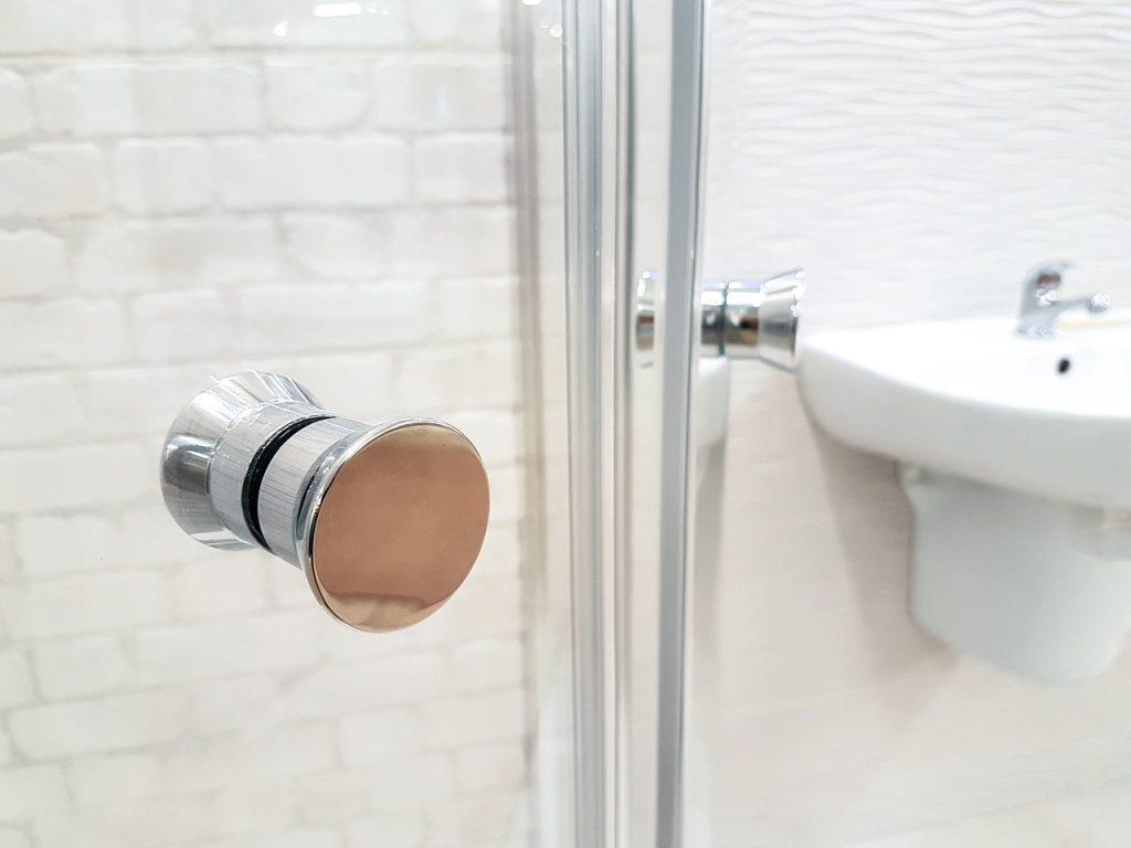 Odpowiednia kabina prysznicowa dołazienki